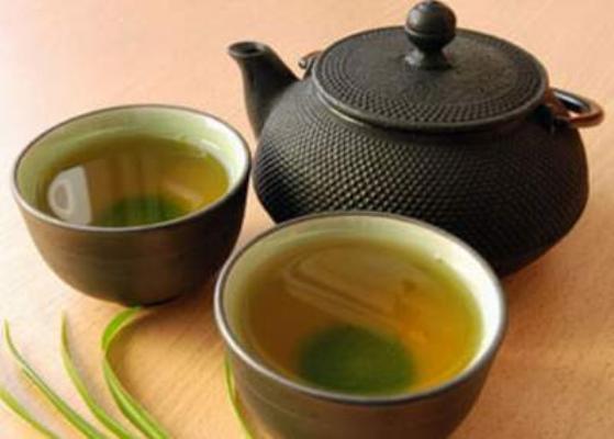 Tắm trắng bằng lá trà xanh hạn chế bắt nắng