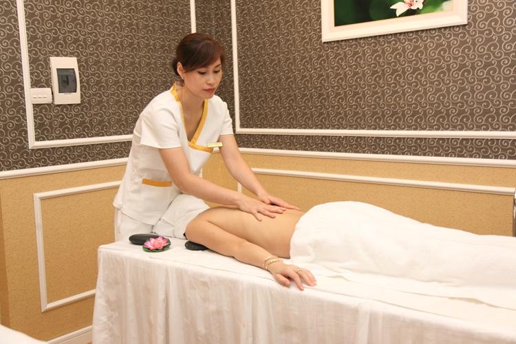 Massage với tinh chất làm  trắng giúp chất dưỡng ngấm sâu vào da