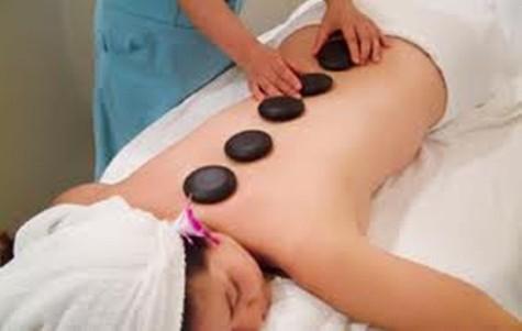 Massage nhẹ nhàng trong khi tắm trắng