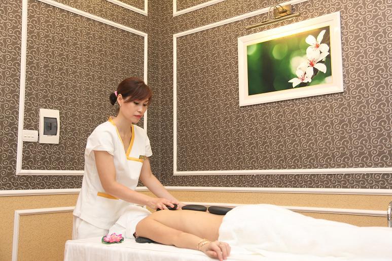 Massage nhẹ nhàng với dưỡng chất làm trắng da