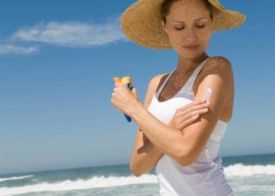 Sử dụng kem chống nắng cũng là một trong những cách làm đẹp và dưỡng trắng da